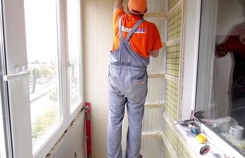 Стены балкона аккуратно обшиваем