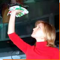 Уход за натяжными потолками из ткани на кухне